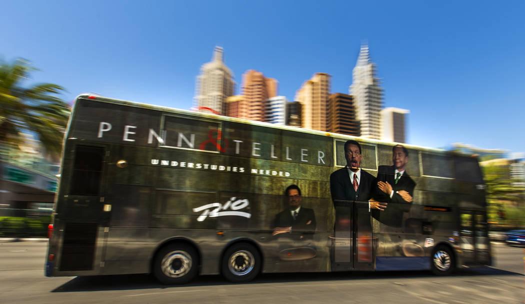 Un autobús de la RTC pasa por el New York-New York en el Strip el martes, 13 de agosto de 2019 ...