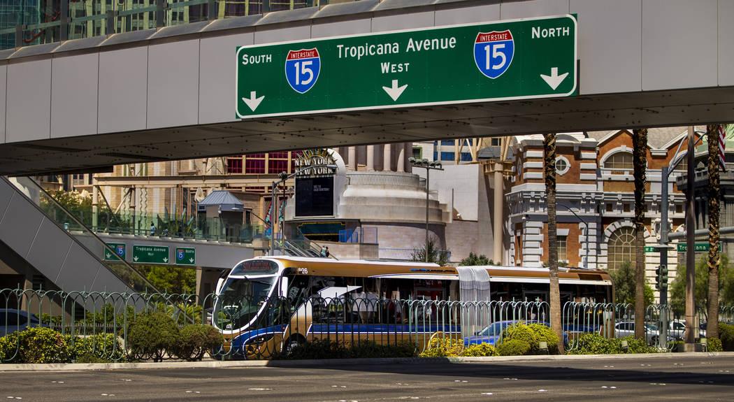Un autobús de la RTC pasa por el Excalibur en el Strip el martes, 13 de agosto de 2019 en Las ...
