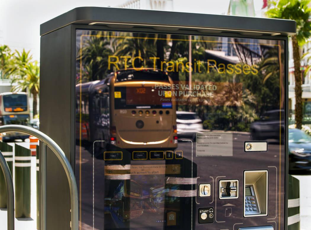 Un autobús de la RTC se refleja en una máquina de pase de tránsito en el Strip el martes, 13 ...