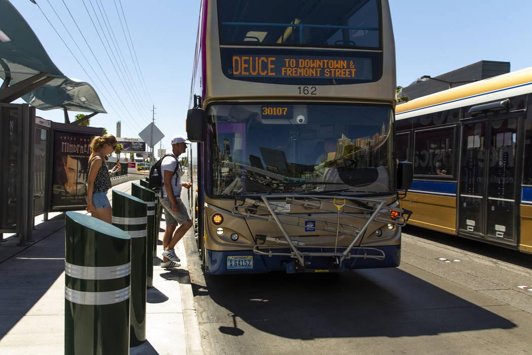 Pasajeros abordan un autobús de la RTC cerca del Tropicana en el Strip el martes, 13 de agosto ...