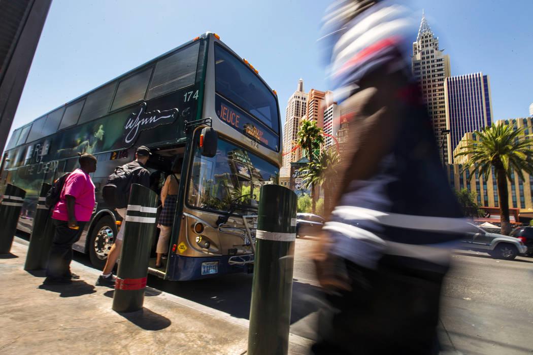 Pasajeros abordan un autobús de la RTC cerca del MGM Grand en el Strip el martes, 13 de agosto ...