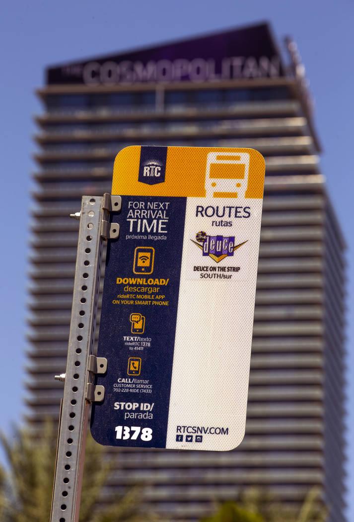Una señal de ruta marca una parada de autobús de la RTC en CVS Pharmacy en el Strip el martes ...