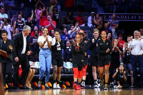 Las jugadoras de Las Vegas Aces aplauden cuando el equipo gana a Atlanta Dream en un partido de ...