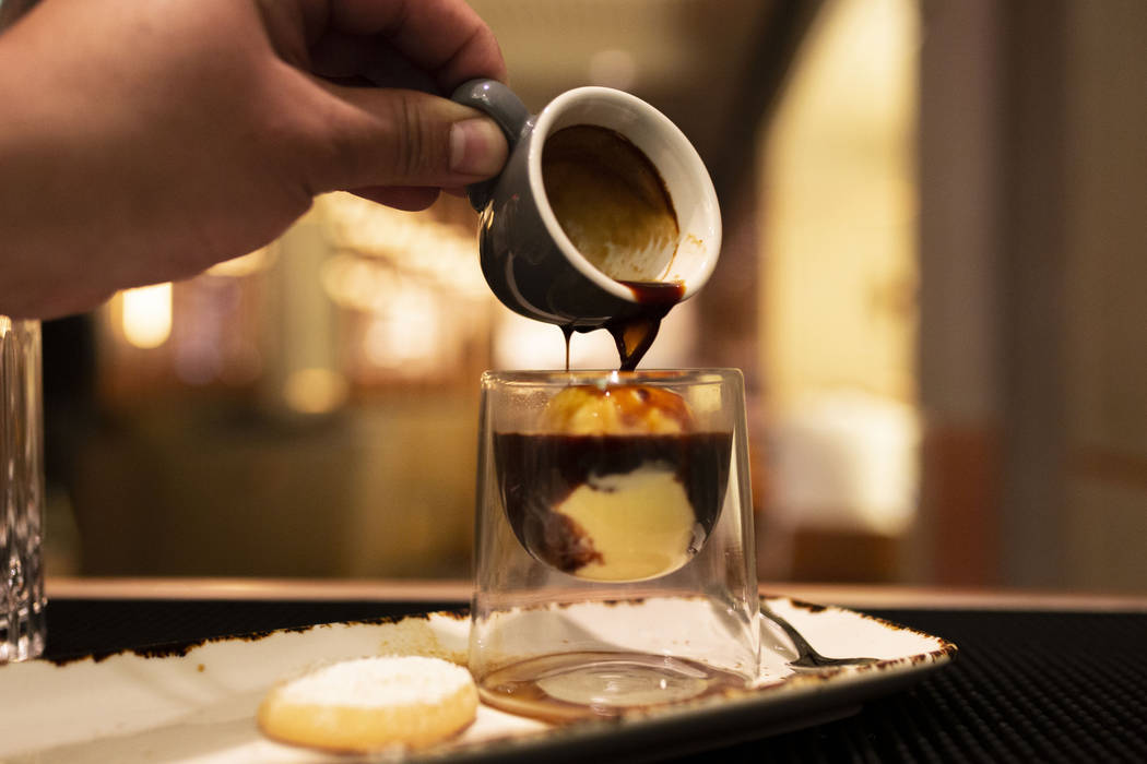 Se vierte un trago de espresso sobre el helado casero de Factory Kitchen hecho para su affogato ...