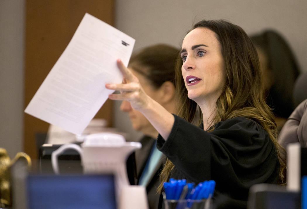 La jueza de distrito, Jacqueline Bluth, entrega algunos documentos durante la sentencia para An ...