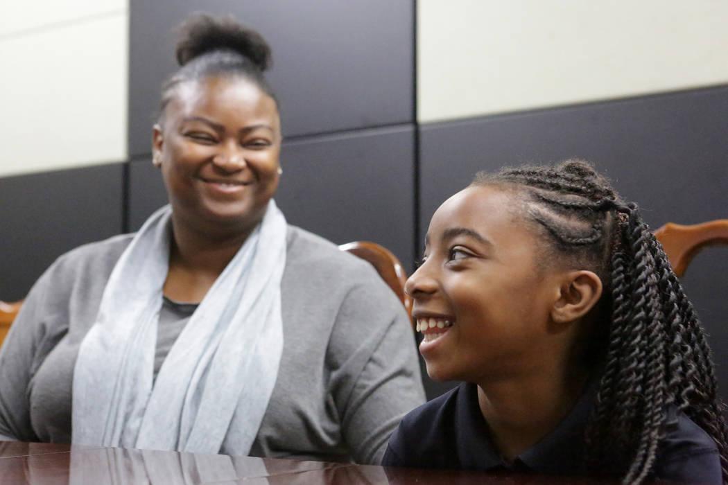 Suddenly Crosby, a la izquierda, sonríe con su hija Jaraya, de 7 años, en la Escuela Cristian ...