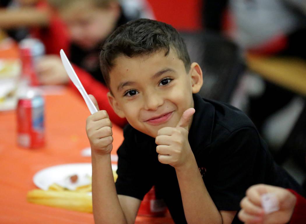 Angel Díaz, de 8 años, da el visto bueno durante un almuerzo de Acción de Gracias en la Escu ...