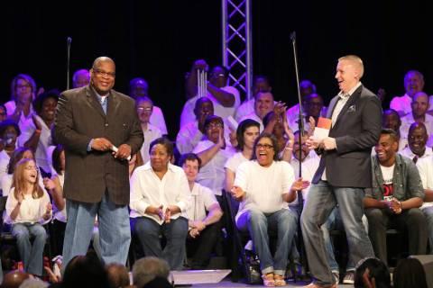 El reverendo Robert E. Fowler, izquierda, pastor de Victory Missionary Baptist Church, y el rev ...