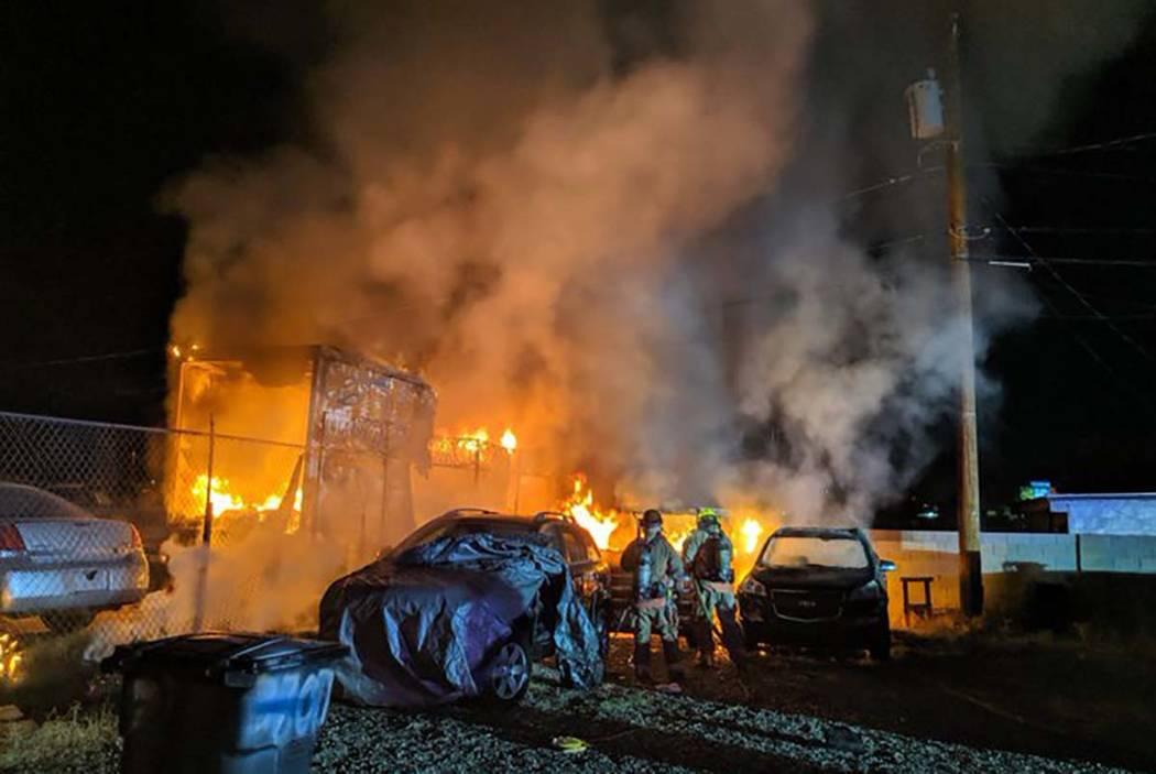 Un cobertizo y vehículos se queman en B&B Auto Sales, 3800 Vegas Drive, temprano el jueves por ...
