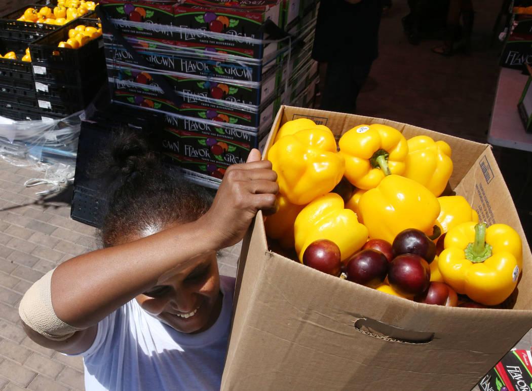 Zenebech Beyene recoge comida durante una distribución del banco de alimentos en Veterans Vill ...