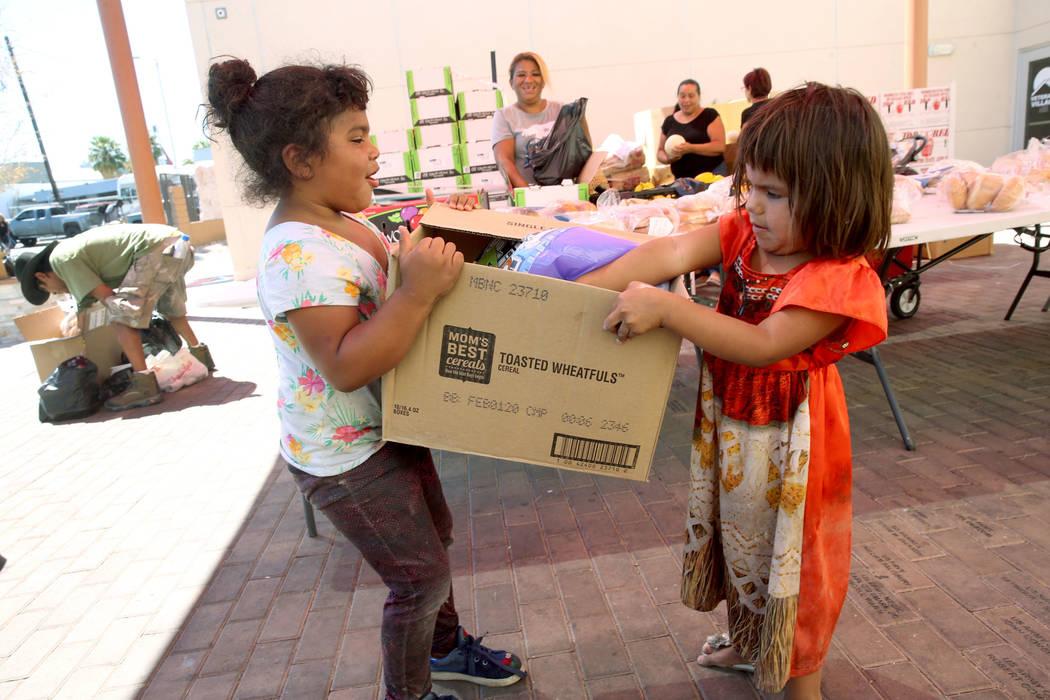 Michelle Morales, de 5 años, a la izquierda, su hermana, Briyit Morales, de 3, y su madre, Car ...