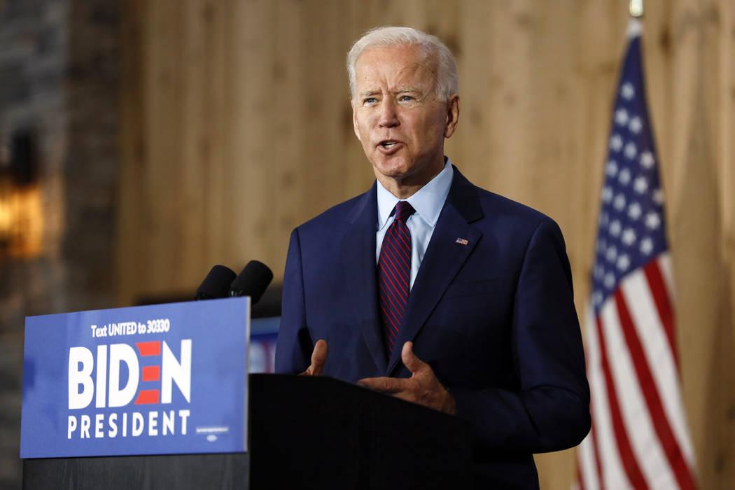 El ex vicepresidente demócrata presidencial, Joe Biden, habla con los residentes locales duran ...