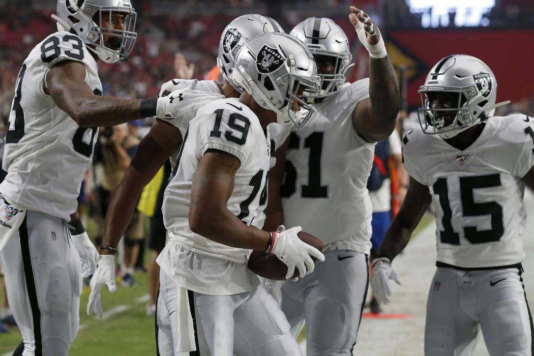 El receptor abierto de los Oakland Raiders, Ryan Grant (19), celebra su touchdown contra los Ar ...