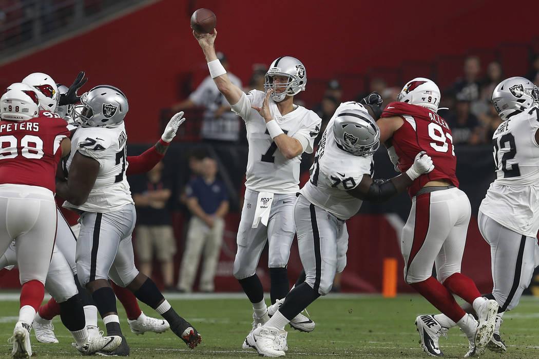 El mariscal de campo de los Oakland Raiders, Mike Glennon (7), lanza contra los Cardinals de Ar ...