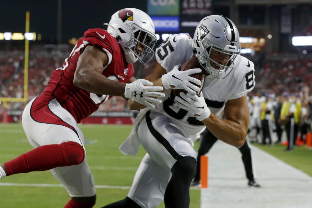 El ala cerrada de los Oakland Raiders, Derek Carrier (85) anota un touchdown mientras el defens ...