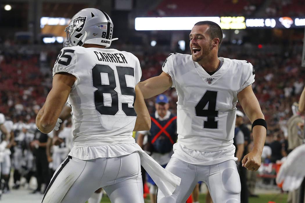 El ala cerrada de los Oakland Raiders, Derek Carrier (85), celebra su touchdown contra los Ariz ...