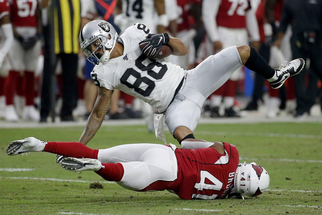 El receptor abierto de los Oakland Raiders, Marcell Ateman (88), es golpeado por el defensa de ...