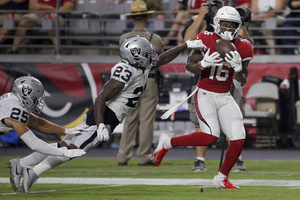 El receptor abierto de los Arizona Cardinals, Trent Sherfield (16), logra un touchdown mientras ...