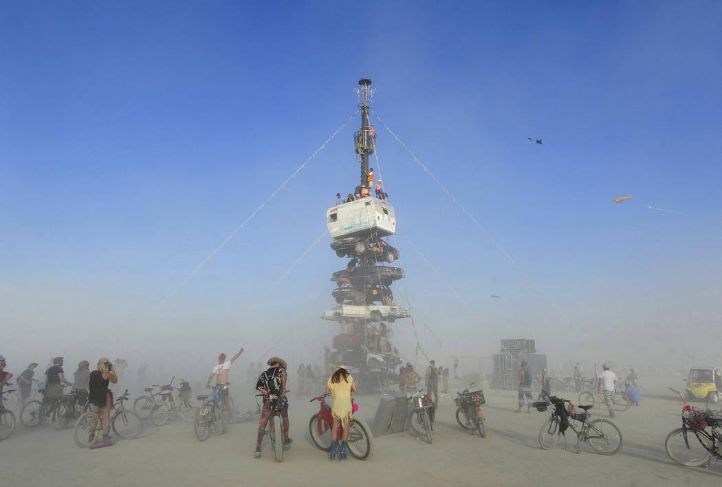 """Burners rodeados de polvo al subir a una instalación de arte titulada """"Night of the Climb"""" en ..."""