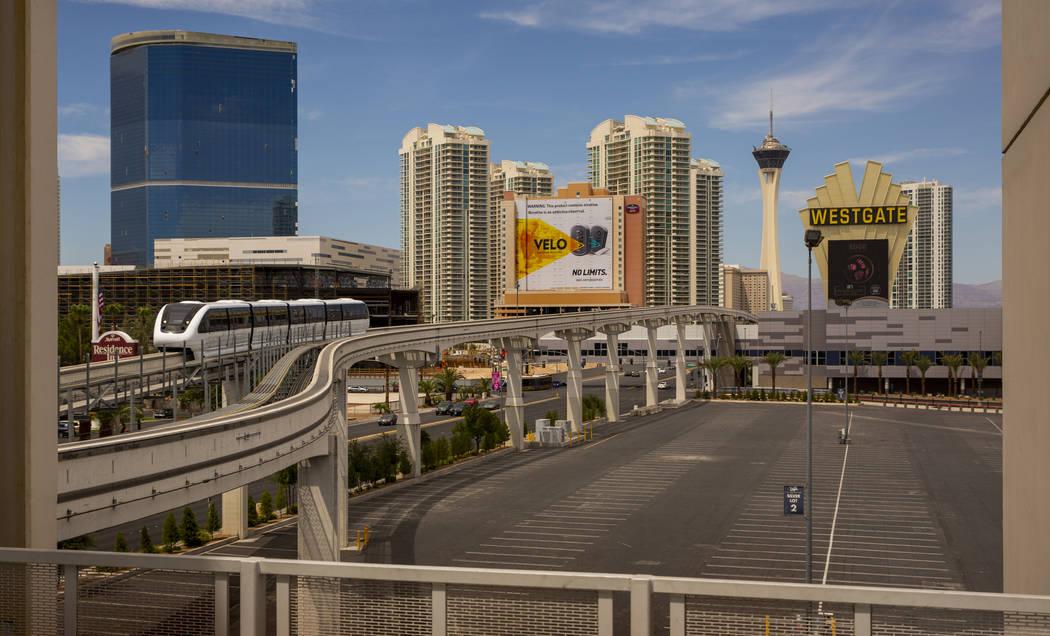 Un tren llega a la estación Las Vegas Convention Center desde la estación Westgate a lo largo ...