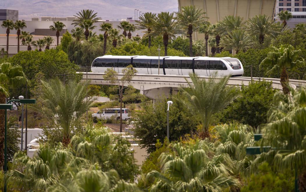 Un tren se dirige hacia la estación Westgate a lo largo del sistema de monorriel de Las Vegas ...