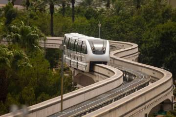Un tren se dirige hacia la estación SLS a lo largo del sistema de monorriel de Las Vegas el do ...