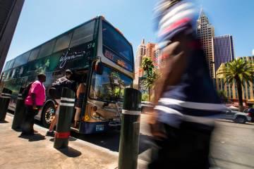 Pasajeros abordan un autobús de la RTC al norte del MGM Grand en el Strip el martes, 13 de ago ...