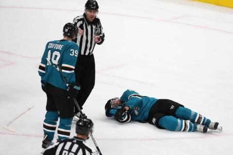 El centro de los Sharks, Joe Pavelski (8), yace en el hielo después de ser golpeado por el cen ...