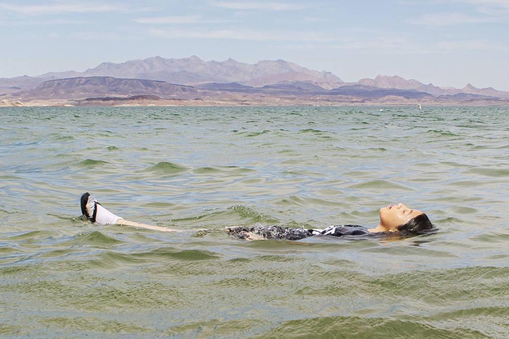 Angélica Martínez, de 11 años, se refresca en Boulder Beach el domingo, 18 de agosto de 2019 ...