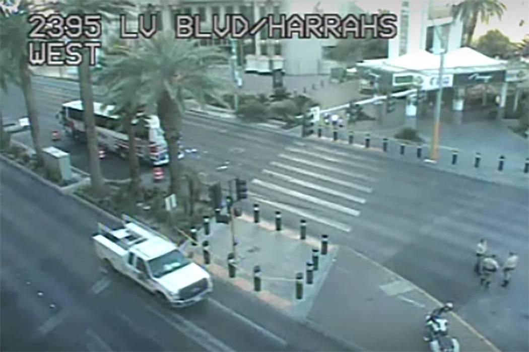 La policía de Las Vegas está investigando después de que dos peatones resultaran heridos, un ...