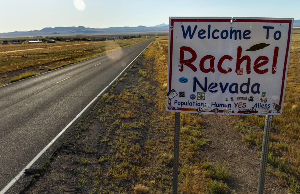 Un letrero da la bienvenida a los visitantes cuando ingresan a la ciudad de Rachel, Nevada, que ...