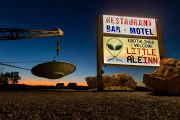 Una nave espacial que cuelga de una grúa marca la entrada al Little A'Le'Inn, que será un lug ...