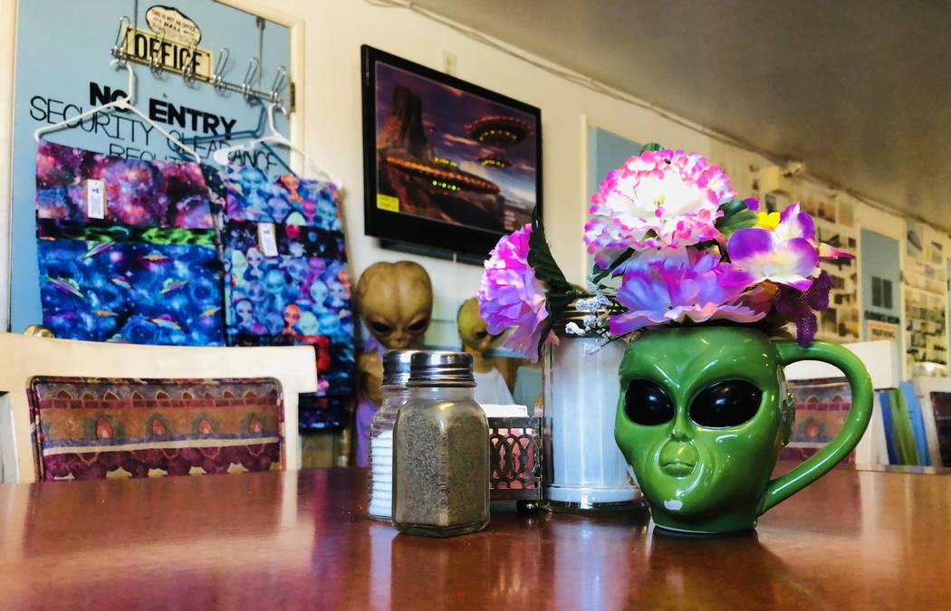 Una taza de alienígena es solo un elemento entre los muchos que representan a las criaturas en ...