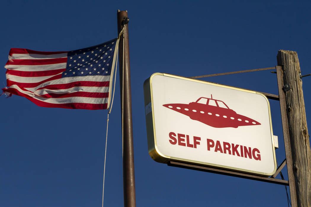 Un letrero de OVNI y una bandera estadounidense sobre el restaurante de Little A'Le'Inn, que se ...