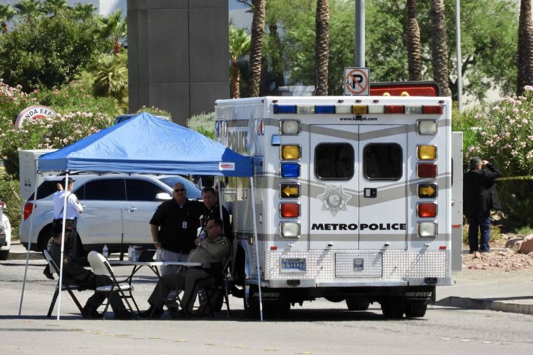 La policía de Las Vegas investigó el tiroteo en el Casino Aquarius en Laughlin, el lunes 19 d ...