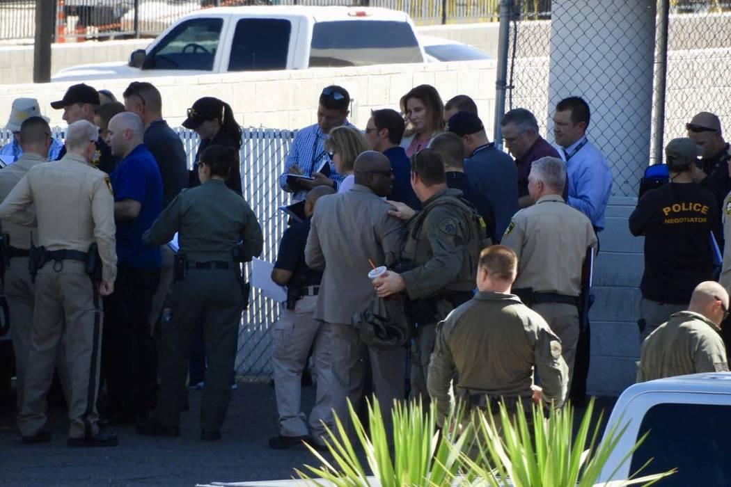 Oficiales del Departamento de Policía Metropolitana estuvieron involucrados en un tiroteo en e ...