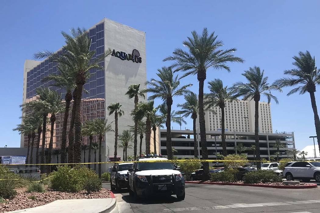 La policía de Las Vegas rodea el perímetro del Casino Aquarius en Laughlin después de que un ...