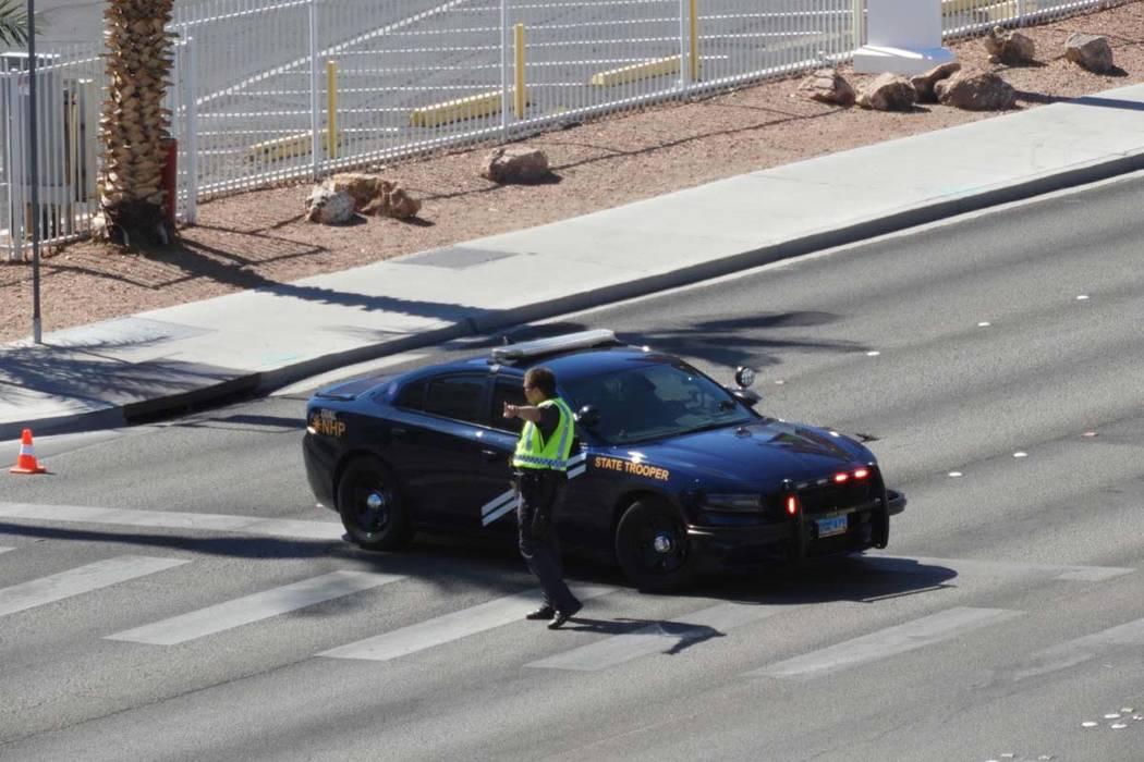 Un agente de la Patrulla de Carreteras de Nevada dirige el tránsito cerca del Casino Aquarius ...