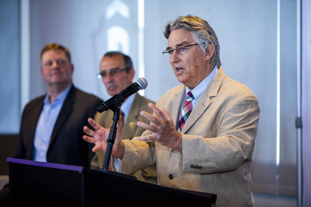 El presidente de la Liga de la Costa del Pacífico, Branch Rickey, a la derecha, habla durante ...