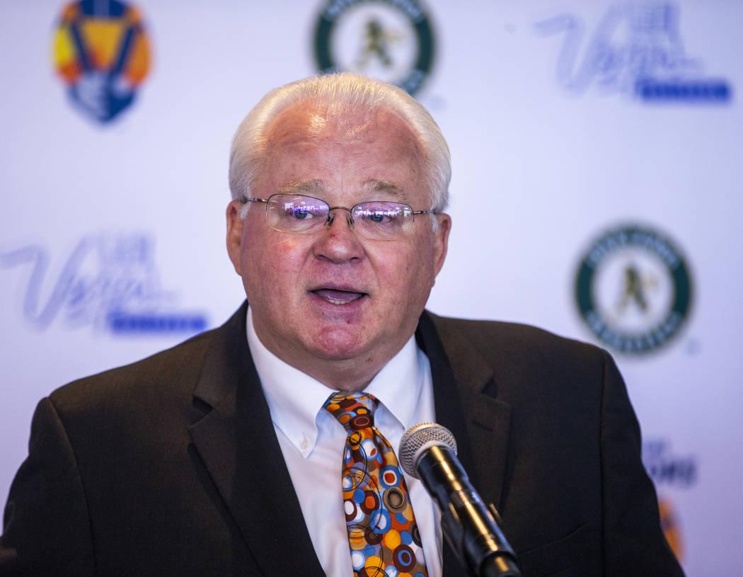 El presidente de la Liga Menor de Béisbol, Pat O'Connor, habla durante una conferencia de pren ...
