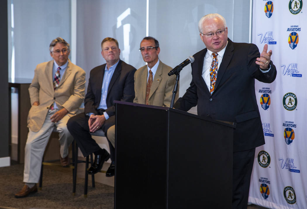 El presidente de la Liga Menor de Béisbol, Pat O'Connor, a la derecha, habla durante una confe ...