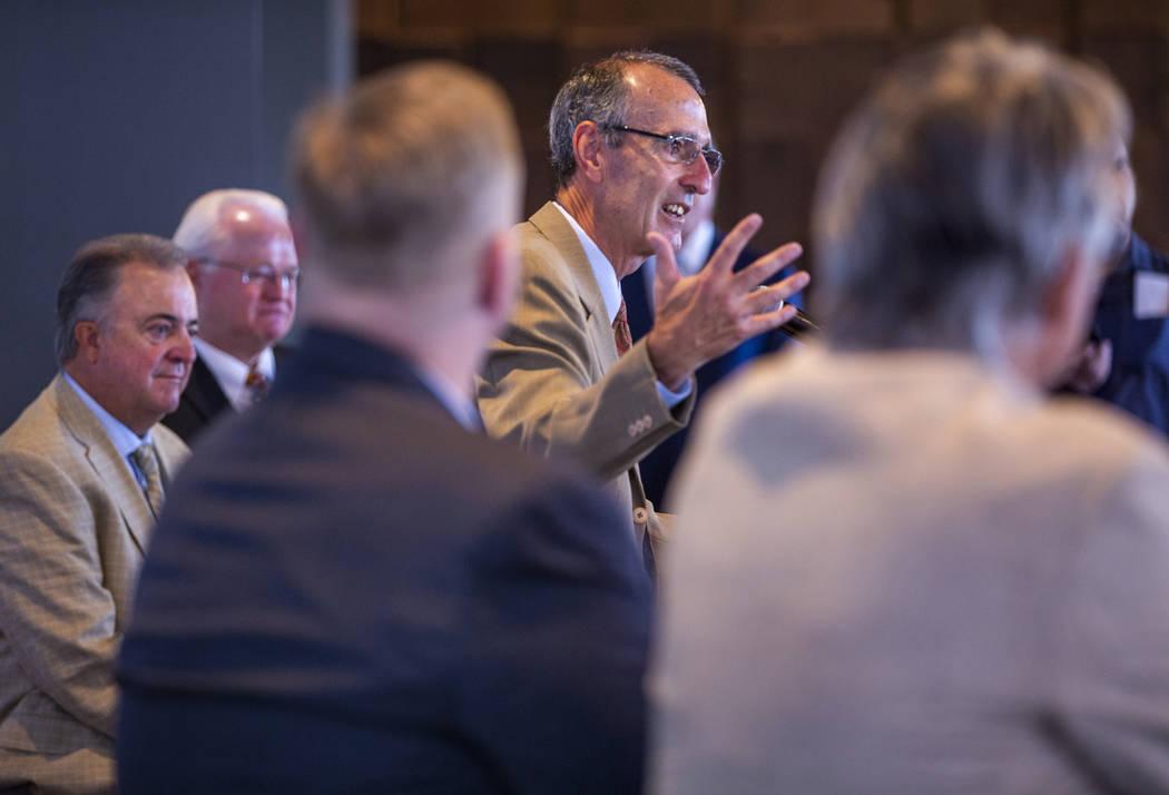 El presidente de la Liga Internacional, Randy Mobley, al centro, habla durante una conferencia ...
