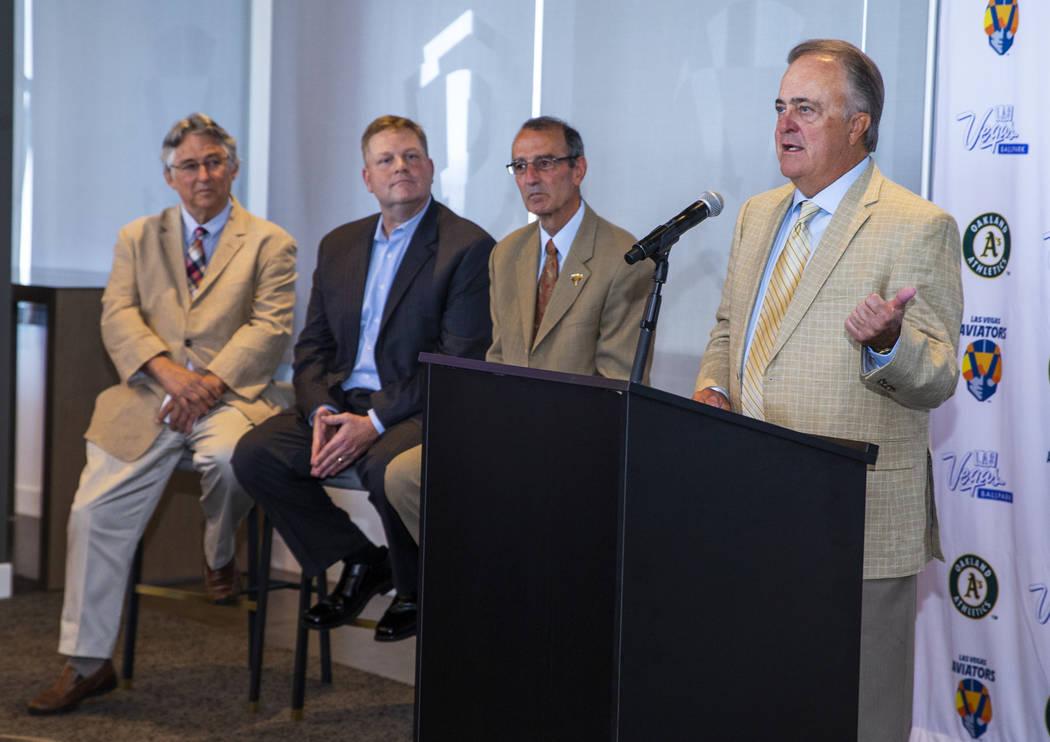 Don Logan, a la izquierda, habla durante una conferencia de prensa anunciando que los Aviators ...