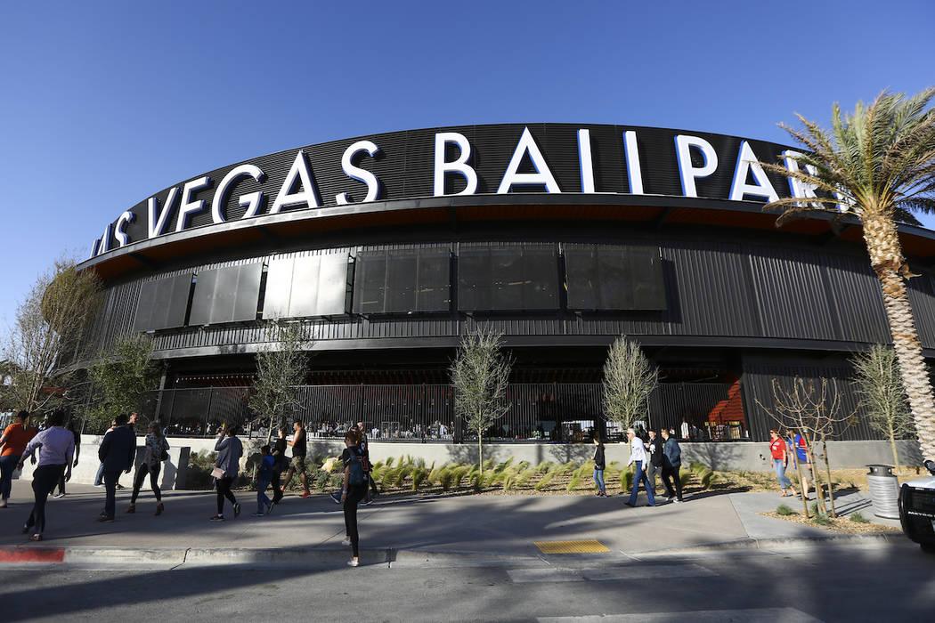 Los fans se alinean para ingresar al Las Vegas Ballpark para el partido inaugural de los Aviato ...