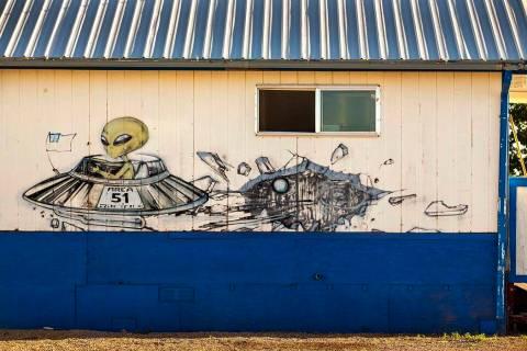 Un alienígena volando en su nave espacial se representa en el exterior del restaurante en Litt ...