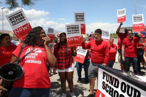 Linda Jones grita consignas durante un mitin con educadores de la Asociación de Educación del ...