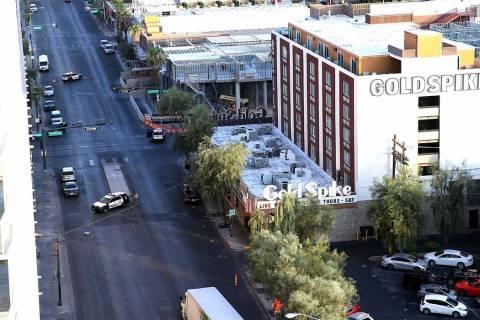 La policía permanece en 4th Street y Odgen Avenue en el centro de Las Vegas, el jueves por la ...