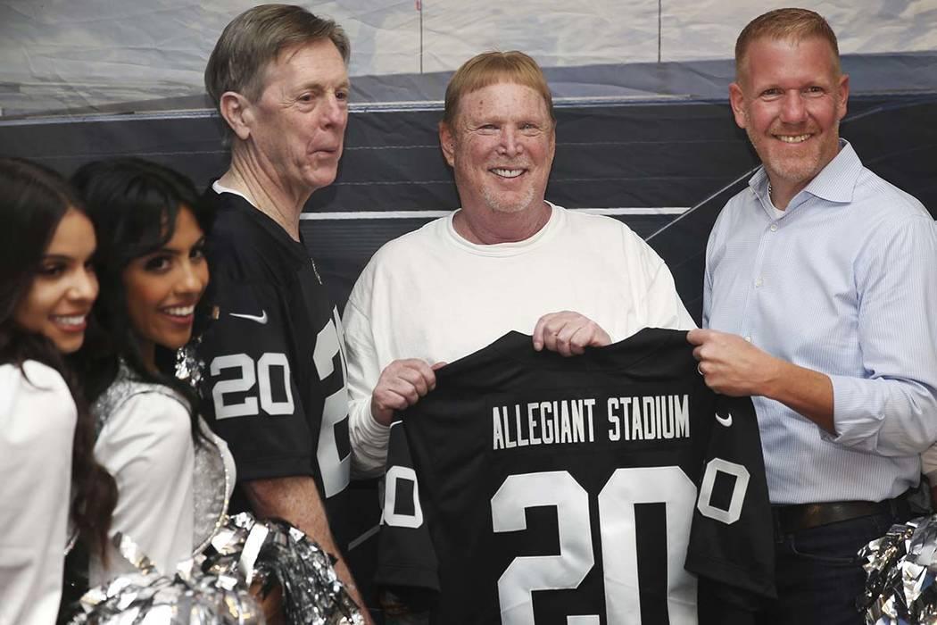 El presidente y director ejecutivo de Allegiant, Maury Gallagher, a la izquierda, el director d ...