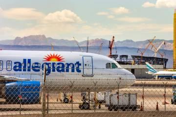 Un avión de Allegiant Air con sede en Las Vegas, se asienta en la pista del aeropuerto interna ...