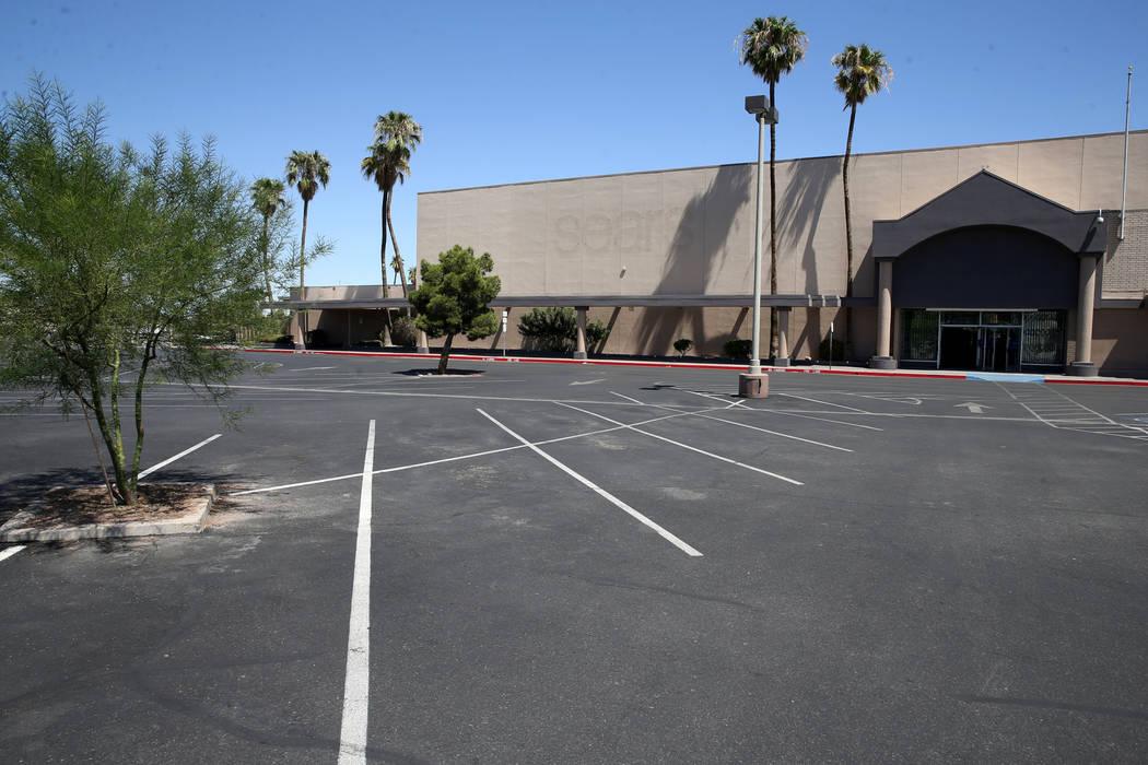 La antigua tienda Sears se exhibe en Boulevard Mall de Las Vegas el miércoles, 21 de agosto de ...